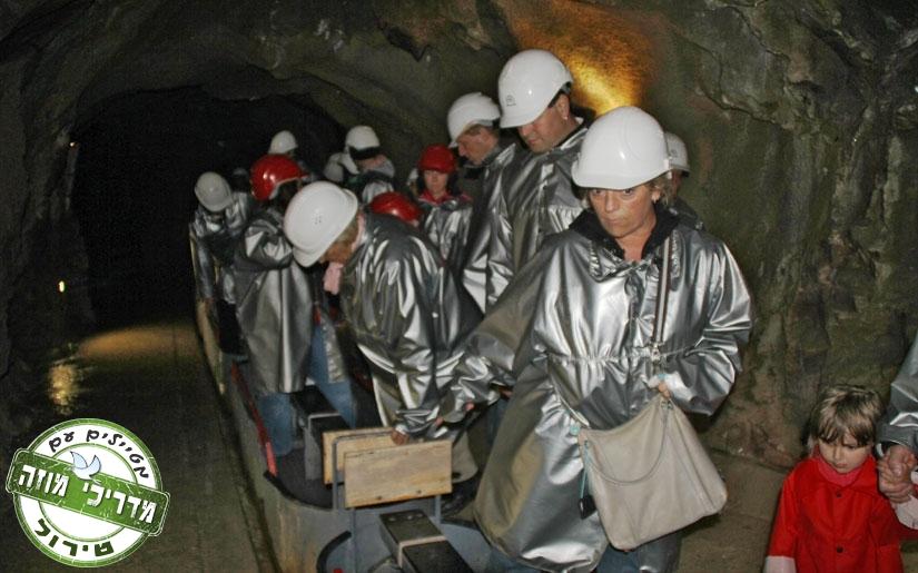 מבקרים לבושים בגדי כורים כסופים בדרך לחוויה במכרות הכסף